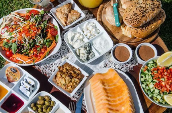 תוכלו להזמין ארוחות בוקר עשירות אל הבקתה