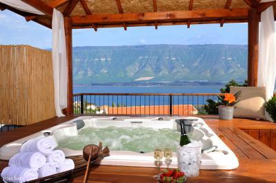 הגקוזי הגדול של סוויטת שמיים בסוויטות מצפה האגם מול נוף הכנרת עוצר הנשימה