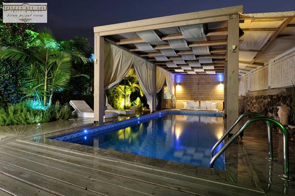 מתחם הבריכה המשותף לשתיים מהסוויטות אווירה רומנטית לזוגות בלבד בפיאצה דל סול