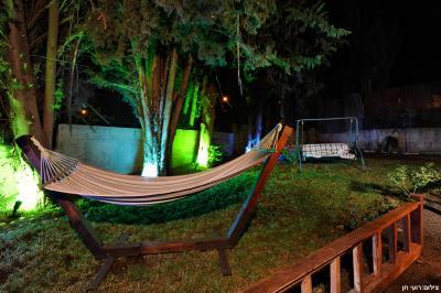 מתחם גן פרטי עם ערסל, נדנדה ותאורה צבעונית