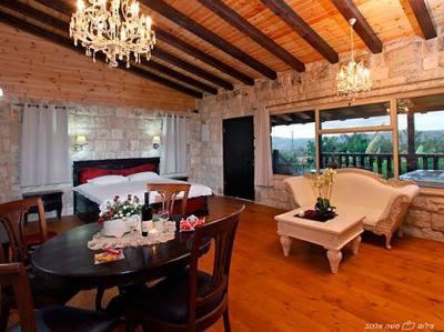 מיטה זוגית ומפוארת ניצבת לצד ספה מלכותית