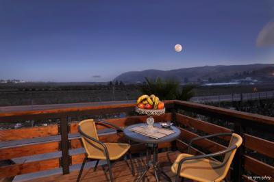 איזור ישיבה במרפסת שקטה צופה אל הנוף
