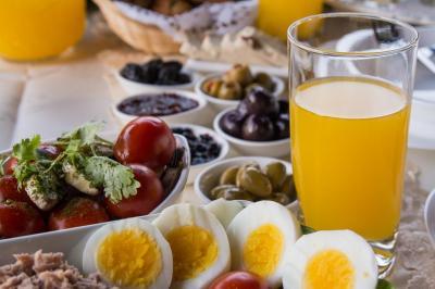 ארוחת בוקר צבעונית תוגש אליכם לסוויטה