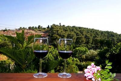 ללגום כוס יין מול החורש הטבעי והירוק ולהרגיש את החופש