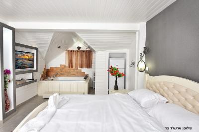 סוויטה רומנטית עם ג'קוזי עטוף עץ ומיטה מפוארת