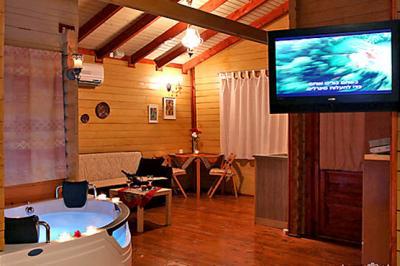 הבקתות בנויות בסגנון החלל הפתוח ומתאימות לזוגות ולמשפחות