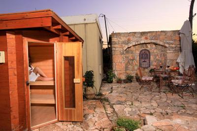 סאונה יבשה וחמימה הנמצאת בגן המטופח המשותף לשתי הסוויטות
