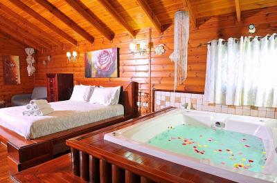 הסוויטה הזוגית היא סוויטת עץ גדולה ומפוארת המשרה אווירה רומנטית וחמימה ולצד המיטה גקוזי גדול