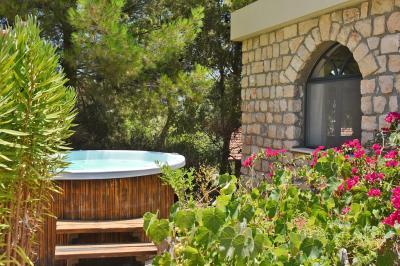 הג'קוזי הפרטי של סוויטת The Terrace הנמצא בלב הגן הטבעי והעצים
