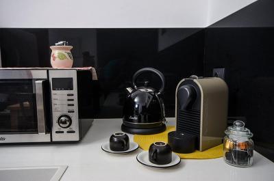 מטבח מאובזר עם פינת קפה/תה ומכונת נספרסו