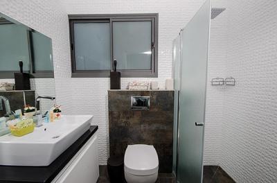 חדר רחצה מפנק בעיצוב מודרני עם מקלחון ראש גשם