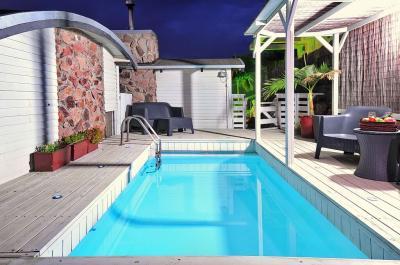 בחצר הבריכה פינות ישיבה ומיטות שיזוף היא מחוממת בחורף לרשות כל האורחים