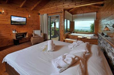 מיטה גדולה, מפנקת ונוחה עטופה במצעים רכים ולבנים