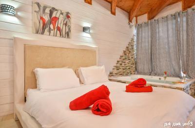 מיטה מפנקת בעיצוב רומנטי בבקתה 1