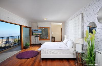 מבט נוסף על חדר השינה המרווח והגדול שפונה לעבר הנוף המשגע
