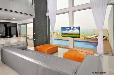 סלון מעוצב מול הנוף עם מסך SMART TV
