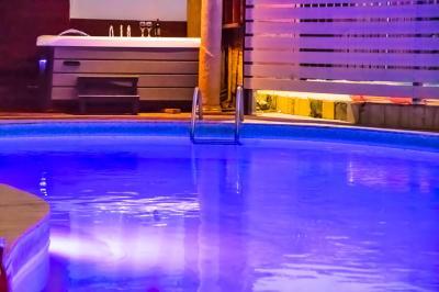 הבריכה המשותפת למתחם בשעות הערב