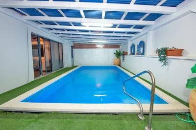 בריכת שחייה פרטית מחוממת ומקורה לסוויטת פרימיום