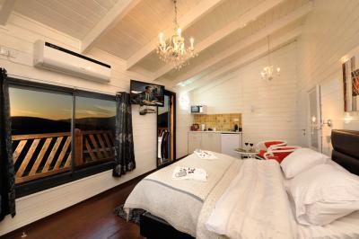 מיטה זוגית נוחה ונעימה במיוחד אל מול הנוף