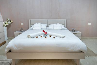 מיטה גדולה ונוחה עם מזרן אורתופדי עטופה במצעים מלטפים ורכים