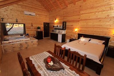הבקתות מרווחות ומעוצבות מוארות בתאורה רומנטית ורכה
