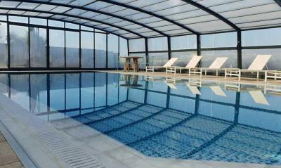 בריכת שחייה מפוארת 13X7 מחוממת ומקורה היטב בחורף