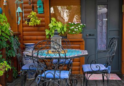 פינת ישיבה מעוצבת עם פריטי נוי וצמחייה עשירה