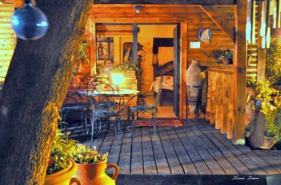 בקתת עץ רומנטית עם מרפסת עץ פרטית ונעימה