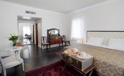 מיטה גדולה ומפוארת בחדר בעיצוב צרפתי קלאסי