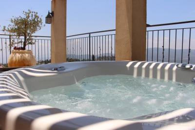 בסוויטות הפנטהאוז היוקרתיות תהנו מג'קוזי עגול במרפסת פרטית מול הנוף