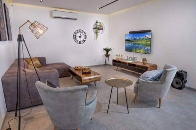פינת הסלון היוקרתי עם מערכת קולנוע ביתית ושולחן סנוקר מרהיב