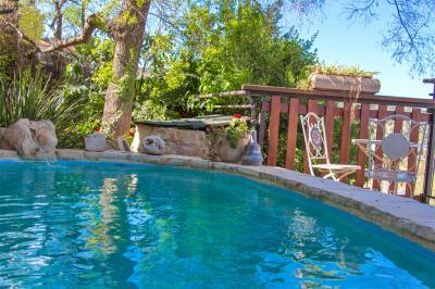 בריכת שחייה מפנקת צופה לנוף חלומי