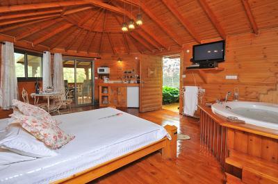 בקתת עץ כפרית רומנטית ופרטית