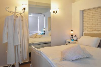 מיטות זוגיות בצבעי לבן ושמנת נוחות ומלטפות