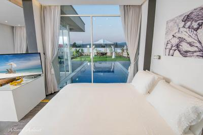 מבט מחדר השינה של הסוויטה הזוגית אל הבריכה