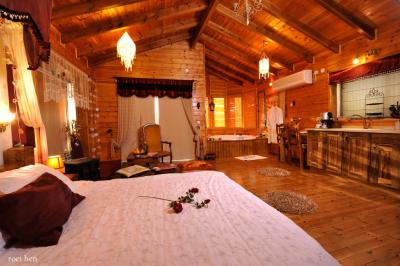 מבט מהצד אל החדר המרווח והמיטה המפנקת