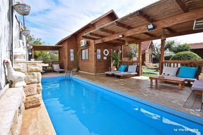 Pool area - Karma Ba'golan