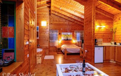 מיטה זוגית נעימה בבקתה
