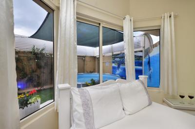 חדר השינה ומבט מהחלון אל הבריכה הפרטית