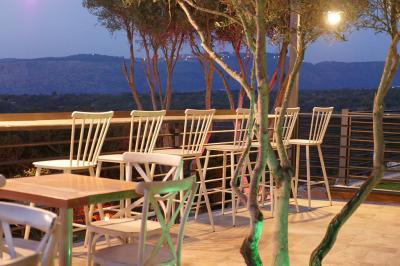 בר ישיבה על מרפסת מפנקת הצופה אל הנוף