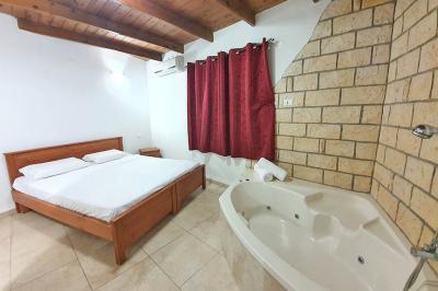 חדר שינה מפנק בצימר עם מיטה זוגית וגקוזי