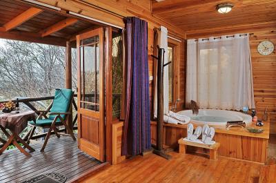 מרפסת עץ רומנטית בכל בקתה וממנה נצפה נוף גלילי מושלם