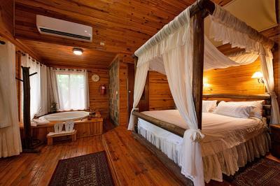 בבקתות תהנו ממיטת אפיריון רומנטית וג'קוזי מפנק מול חלון חד כיווני הפונה אל נוף גלילי מהפנט