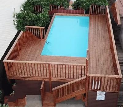 בריכת שחייה מרעננת בחצר גן ירוקה ומטופחת