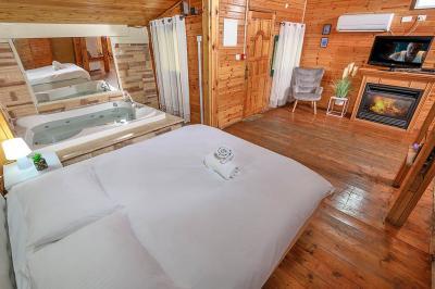 מיטה זוגית מפנקת ורכה בבקתה