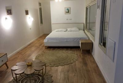 מיטה זוגית ושולחן הסלון