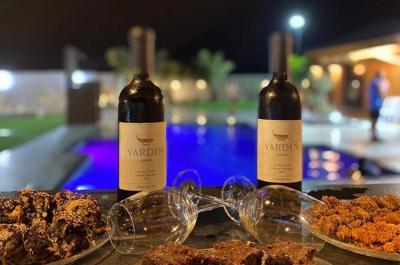 יינות איכותיים אל מול הבריכה
