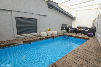 *הבריכה מגודרת, מחוממת בחודשי החורף, ומקורה עם גגון הנפתח בחודשי הקיץ.