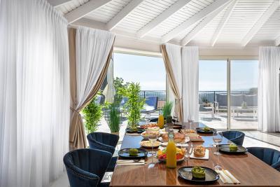 שולחן אוכל גדול מרווח ומעוצב, אל מול חלונות פנורמים