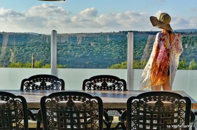 שולחן סעודה גדול באיזור החיצוני אל מול נוף מדהים